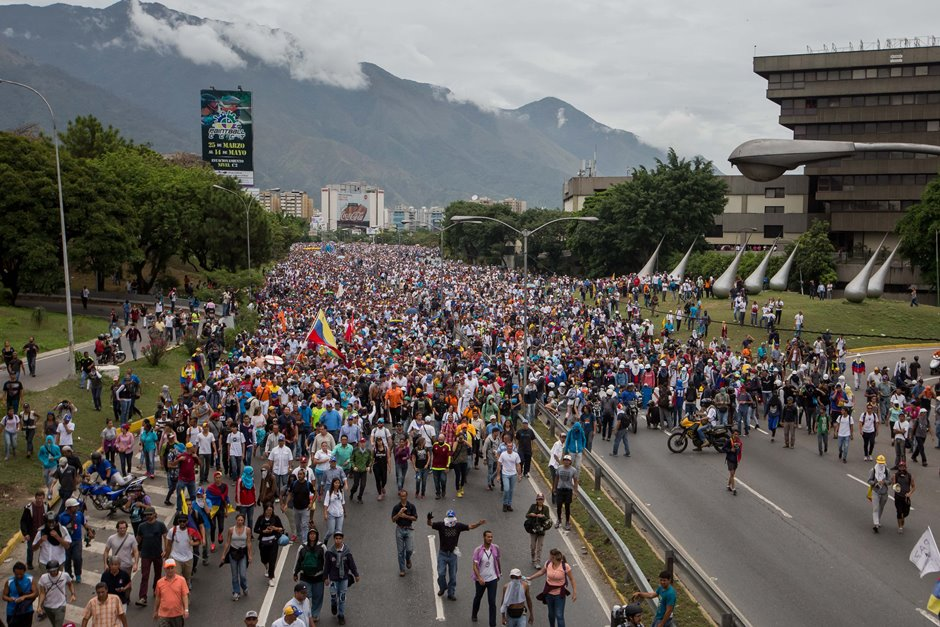 Caracas amanece con protestas y cortes de vías para obstaculizar marcha   La República EC