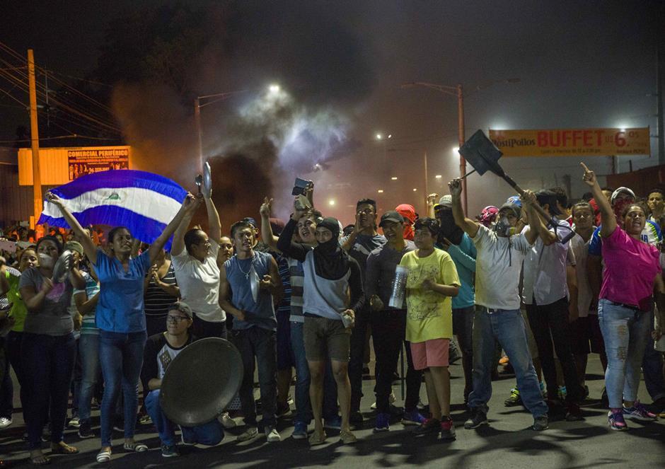 Nicaragüenses queman neumáticos en protesta por las reformas al seguro social