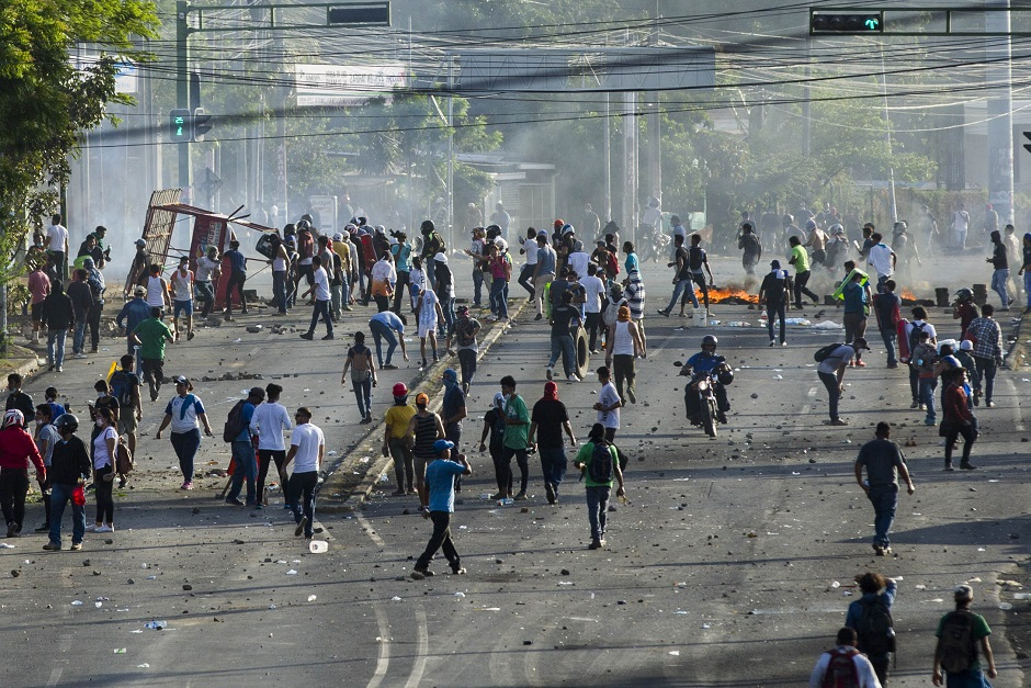 Dos muertos, decenas heridos y tiroteos en tercer día protestas en Nicaragua