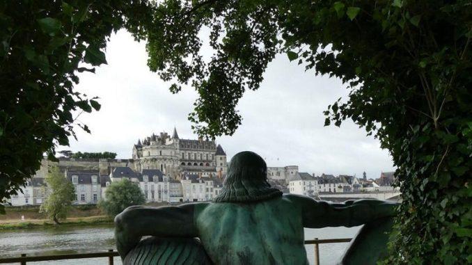 Estatua de Leonardo Da Vinci mirando hacia el Castillo Amboise donde descansan sus restos.