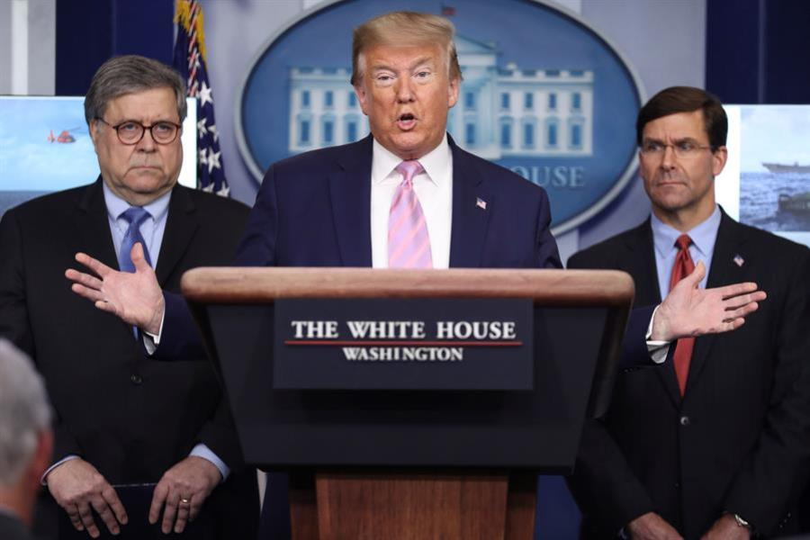 Donald-trump-con-dos-señores-mas-casa-blanca