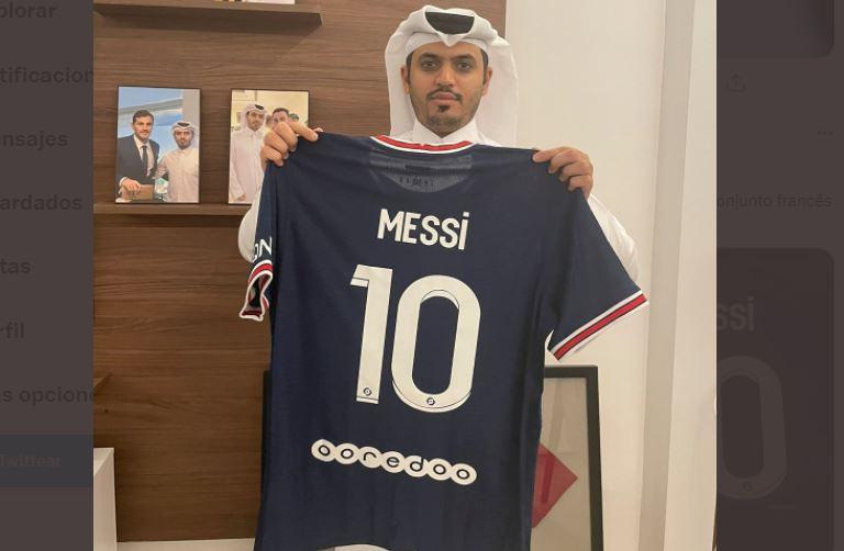 Jeque catarí muestra camisa del PSG con el nombre de Messi
