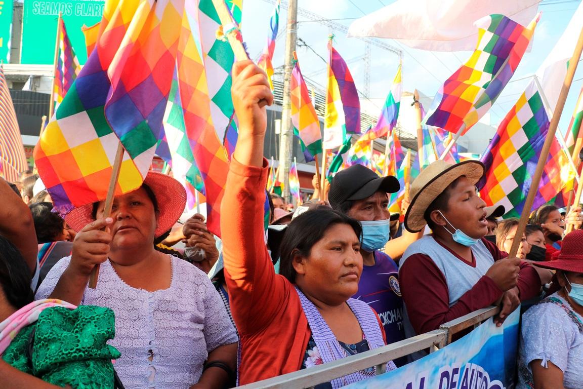 El oficialismo boliviano moviliza a sus bases con multitudinario «wiphalazo»